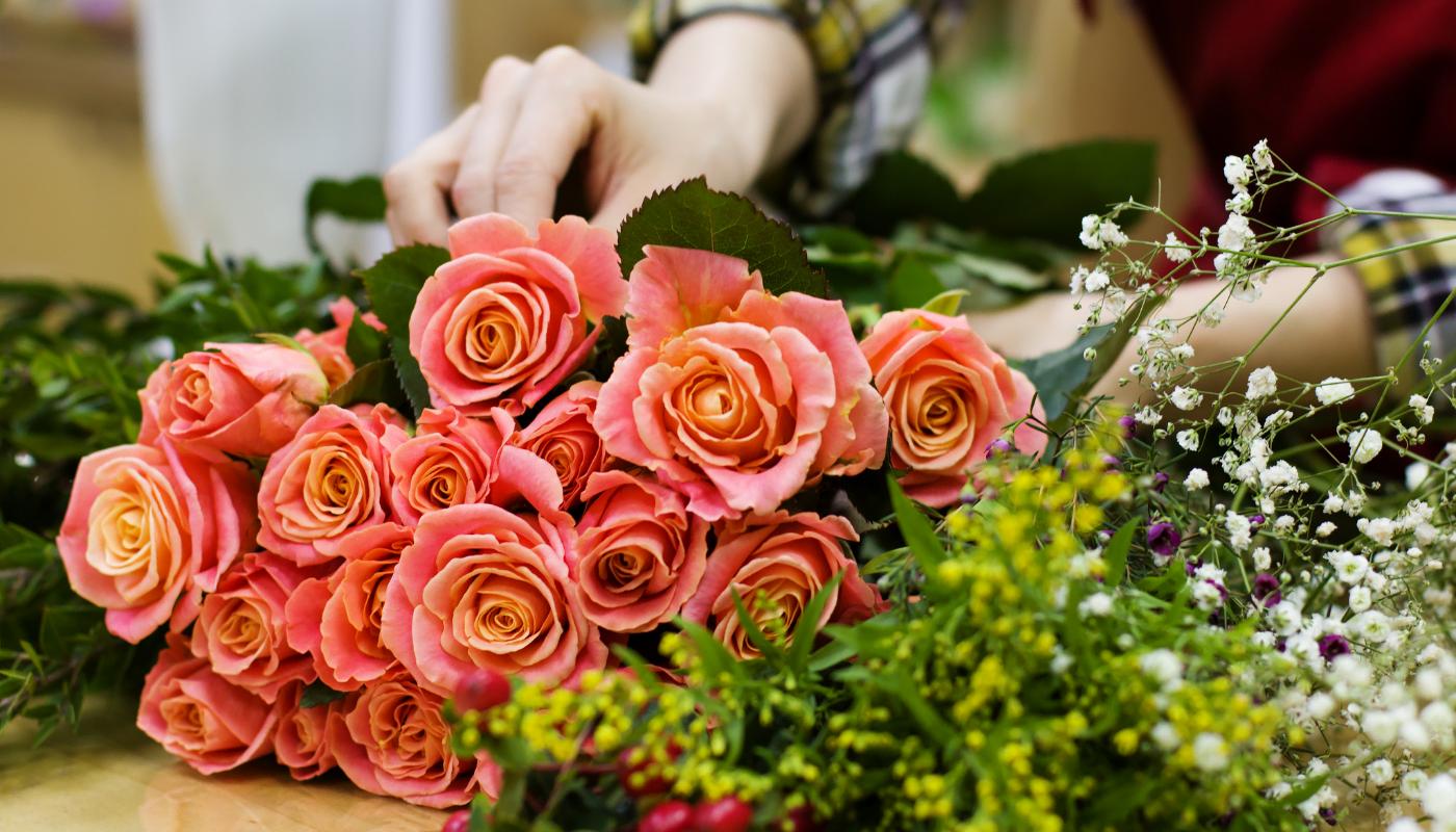 Floristka připravuje květinu Florea.cz