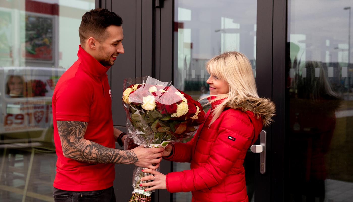 Kurýr předává květinu. Bez rizika :)