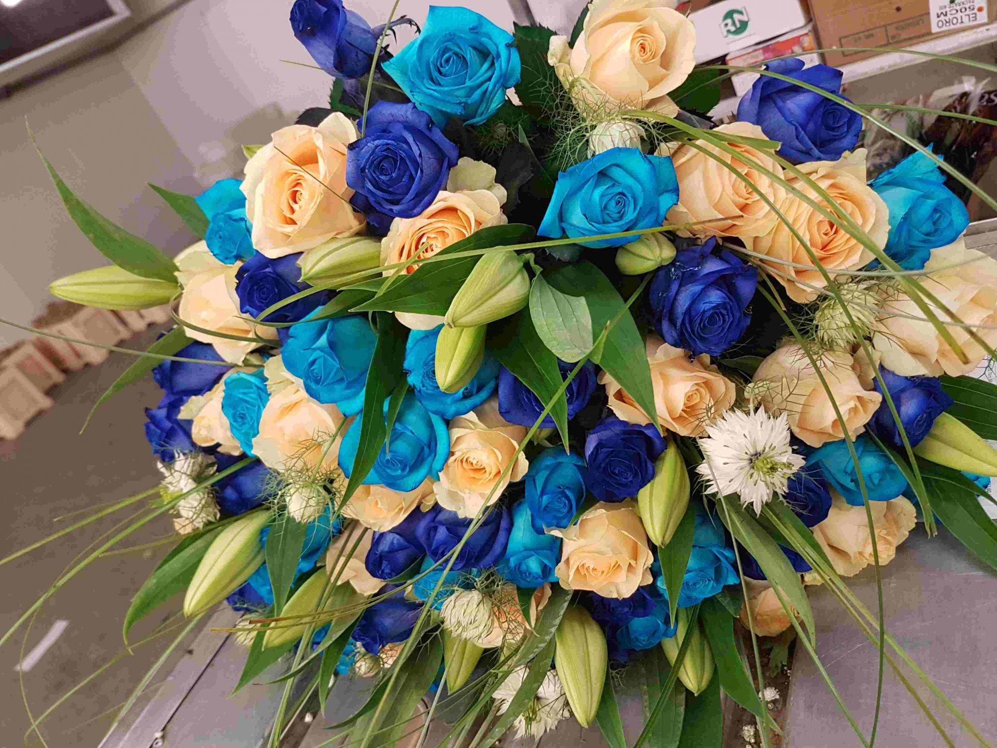 Modré růže v kytici