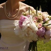 Svatba - paeonia, růže Avalanche