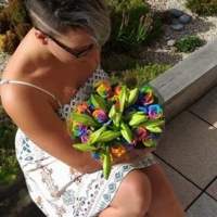 Kytice lilií a duhových růží