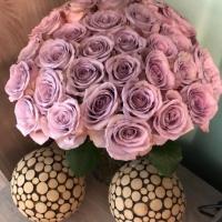 Kytice fialových růží