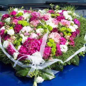 Svatební květiny na auto